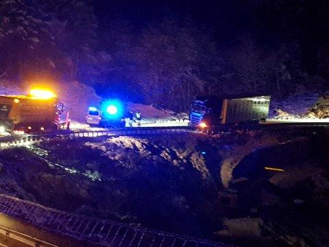 HEILT STENGT: Vegen er stengt i begge køyreretningar i den nedste krappe svingen i Tveidebrekkå i Årdal.