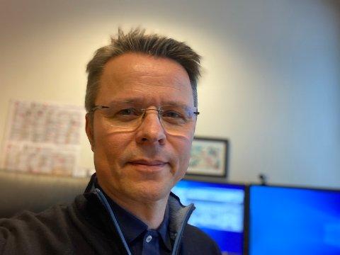 IKKE HJEMMEKONTOR: Leder for politisk sekretariat, kommunikasjon og beredskapskoordinator i Strand kommune, Geir Bolme, er en av de få i krisestaben som ikke har hjemmekontor for tiden. Han deltar på nettmøtet fredag ettermiddag.