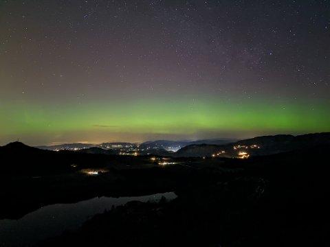 NORDLYS: Roland Schell og vennegjengen fikk se en stjernehimmel preget av nordlys over Åsvatnet i helgen.