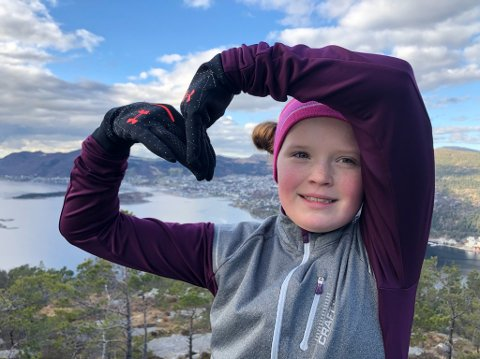 TOPPJENTE: Linea Hus har gått på 10 toppar i nærområdet rundt Jørpeland på 10 dagar. Her er ho på Ådnanesnuten.