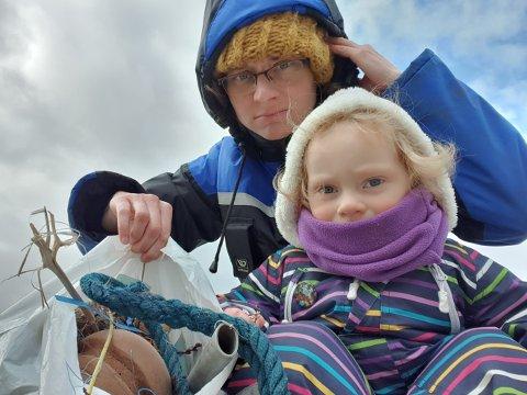 SAMLA SØPPEL: Vesle Nora på to år har lært i barnehagen at det ikkje skal vera plastsøppel i havet og fekk med seg mora Melanie Tiller på strandrydding.