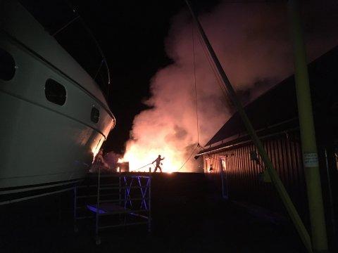 HEFTIG: Det brant heftig i et naust på Tau natt til torsdag.