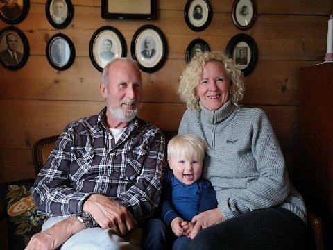 BETRE TID: Aud Eli og Kjell Jostein Lyse kjem til å ha betre tid til barnebarnet Aslak Lyse denne sommaren, når dei har vald å ha stenga Hauane Bed & Breakfast i Lysebotn.