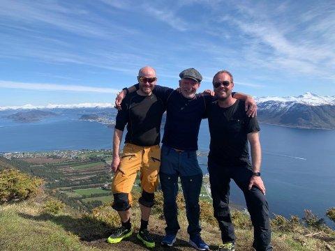GODØYA: Seglekameratane Erik A. Macdonald Karlsen, Sindre Marvik og Kenneth Andersen på topptur til Storehornet på Godøya utanfor Ålesund.