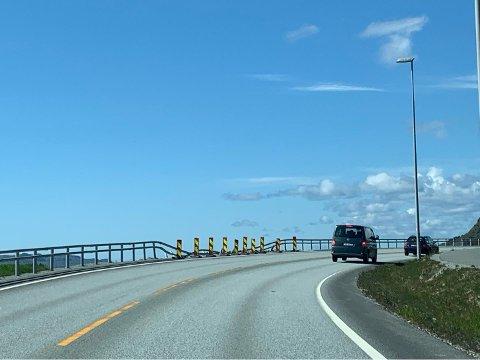 SKADET: Autovernet mellom Strandastøa og Solbakk er skadet etter sammenstøtet med bilen natt til lørdag.