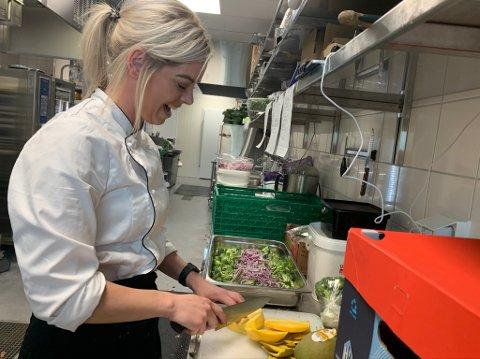 FORNØYD: Kjøkkensjefen på Meat & Eat på Tau, Gunnhild Finnesand, er glad for å være en del av teamet som har åpnet den nye restauranten for drøye to uker siden.