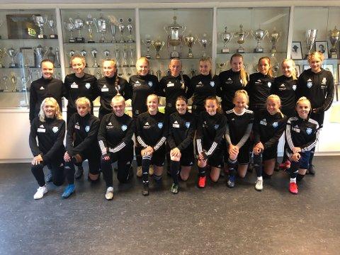 INSTRUKTØRER: 25 jenter fra samarbeidslaget MIL / Staal Jenter 17 er klar til å motta unge jenter til fotballskole på Jørpeland og Tau. Dette er et gratistilbud til fotballjenter i alderen fem til sju år.