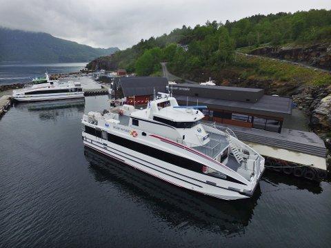 KOM HEIM: Laurdag ettermiddag kunne Helgøy Tind legga til kai ved Helgøy Skyssbåt sitt administrasjonsbygg.