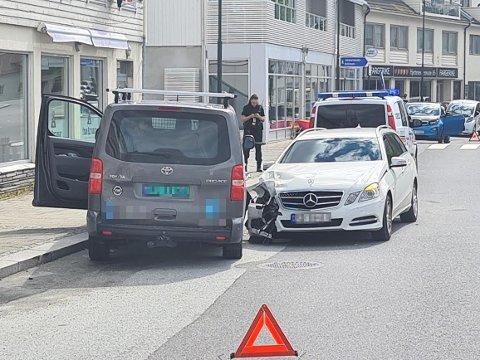 UHELL: En parkert bil fikk seg en trøkk tirsdag morgen.
