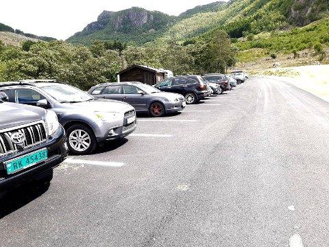 FAST DEKKE: Onsdag var det mange som var i Bønardalen og testa den nye vegen. Mange av dei 20-25 nye parkeringsplassane var tekne i bruk.