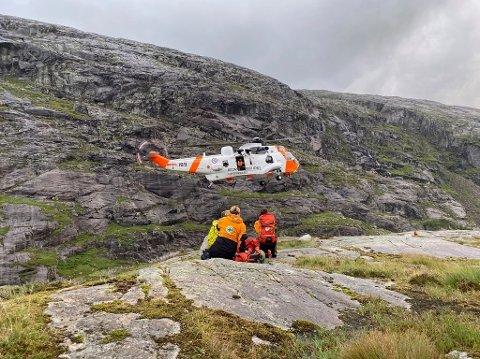 HENTA KVINNA: Sea King-helikopteret henta ut kvinna som dei frivillige mannskapa fann etter det folkehjelpa kallar ein krevjande aksjon.