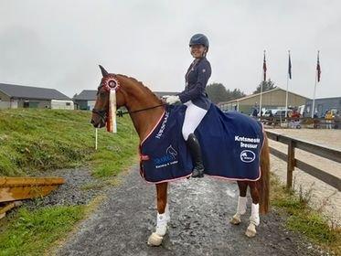 KRETSMESTER: Ruth Førland Bjørkhaug og hesten Champ ble i helgen kretsmester i dressur. Hun red klasse MB senior. (Foto: privat)