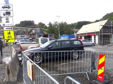 TRONGT: Med anleggsområde, brakkerigg og nytt venterom under oppføring er det ikkje mange parkeringsplassar att på Nesvik