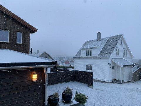 SNØBYGER: Tysdag føremiddag snør det på Jørpeland, og Meteorologisk Institutt meldar kaldt vintervêr i minst ei veke til.