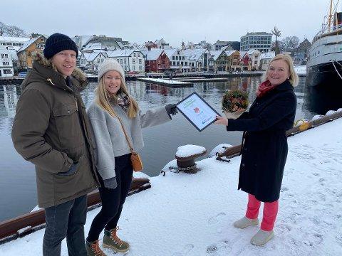 PRIS: Hanne Kvernberg Hidlefjord og Endre Bryn Hidlefjord fikk utdelt prisen som månedens klimabedrift av regiondirektør Tone Grindland i NHO. (Foto: NHO Rogaland)