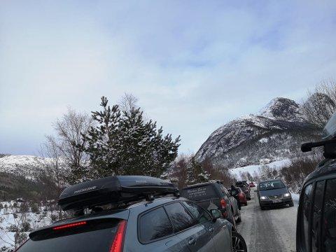 STOR UTFART: Når mange vil nytta dei gode skiforholda på Foreneset over Jørpeland, blir det parkeringskaos.