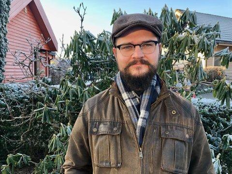 HJEMMEKONTOR: Kristoffer Apall er Strandbuens praktikant de neste ti ukene. Han jobber foreløpig på hjemmekontor i likhet med resten av redaksjonen.