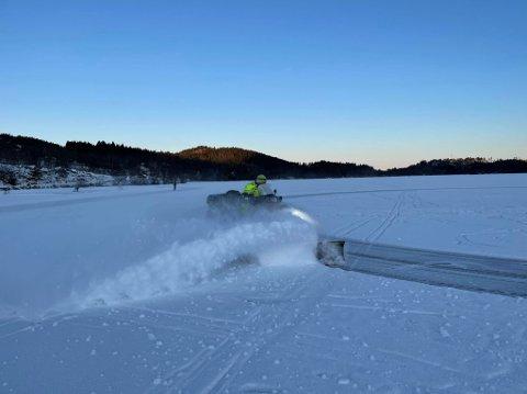 BRØYTET: Tidlig på lørdag ble det brøytet skøytebaner på Nordvatnet på Tau. Foto: Privat