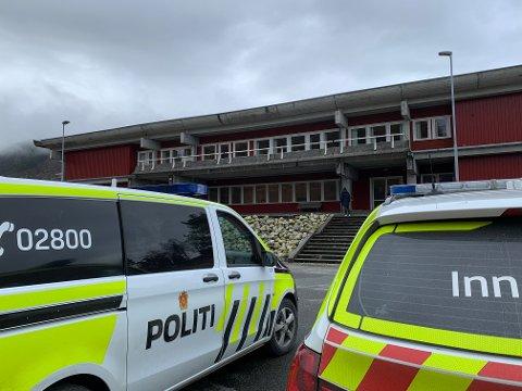 ETTERFORSKER: Nødetatene rykket ut til en nesten-drukningsulykke på Hjelmeland skule tirsdag formiddag. Politiet etterforsker saken.