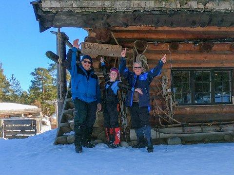 I MÅL: Farfar Kristian Vik Kyllesø (til venstre), Karen Malena Egeland Kyllesø og Leif Emil Egeland var framme i Karasjok og Engholm Husky Lodge fredag.