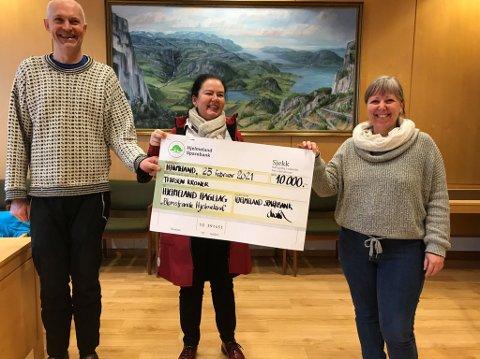 FIKK PENGER: Hjelmeland Hagelag var blant dem som fikk penger fra Hjelmeland Sparebank. På bildet er Sven Gil Westersjø og Anne Spilde som tok imot sjekken fra banksjef Susanna Poulsen (i midten).
