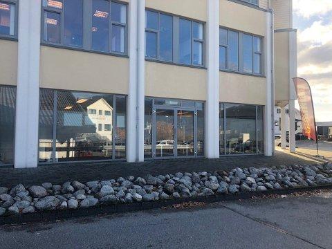 LANGTIDSLEIGETAKAR: Næringslokala i Verksgården skal seljast og med på kjøpet får den nye eigaren Strand kommune som leigetakar.