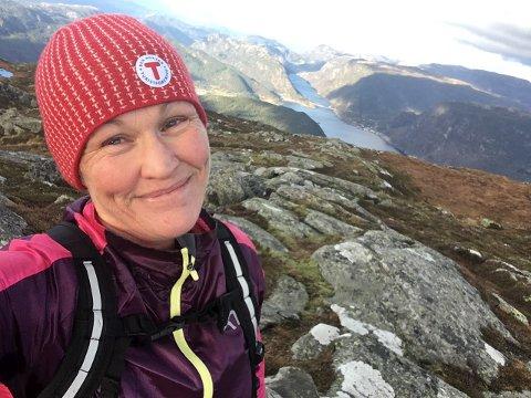 GUNLANUTEN: Svanhild Hjorteland trivst godt i Jøsnesheia. Her er ho på eit av favoritturmåla – Gunlanuten, som ligg heile 829 meter over fjorden på Jøsneset.