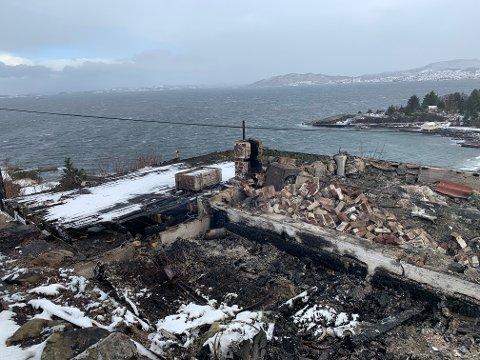 BRANT NED: Hytta var allerede nedbrent da brannvesenet kom til stedet i natt.