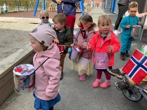 NESTEN EKTE: Det var nesten heilt ekte 17. mai-stemning på 12. mai for barna i Bekkevegen barnehage på Jørpeland.