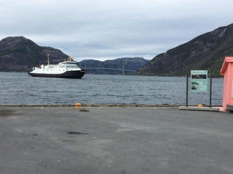 OBSERVERT: Mange har lurt på hvilke ferje det er som gjester Lysefjorden. Det er dessverre ikke Høgsfjordferja som går igjen.