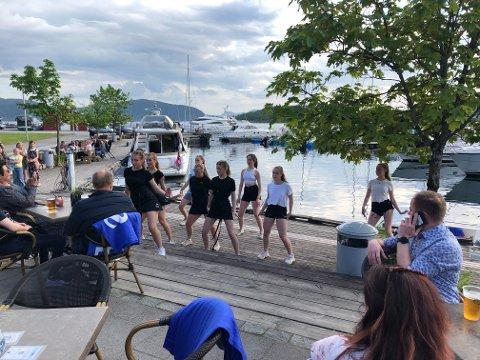BRAUT UT I DANS: Både bargjester og båtgjester fekk med seg den uventa danseoppvisinga på bryggekanten.