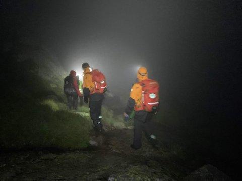 DÅRLEG SIKT: Her er dei frivillige redningsmannskapa frå blant anna folkehjelpa på veg ut i fjellet natt til sundag.