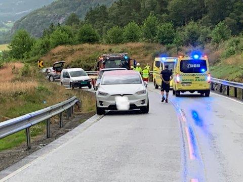 TO BILAR: Ein pickup og ein personbil var involvert i trafikkulykka måndag kveld.