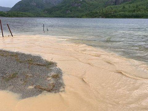 UTSLIPP: Bilder som er tatt tirsdag viser at avrenning fortsatt misfarger Dalavatnet.Foto fra Naturvernforbundet i Strand.