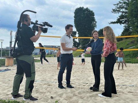 UNGDOMSRÅD: Tor Øyvind Skeiseid intervjuar Edda Bolme og Julie Lendengen i Strand ungdomsråd.