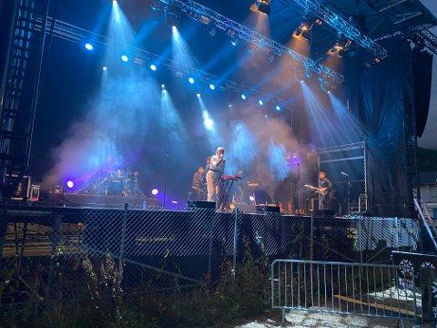 FLOTTE KONSERTER: Donkeyboy spilte mange hits og lagte bra liv for de 158 som hørte dem på den rekordstore scenen ved Stålverksbrua lørdag kveld..