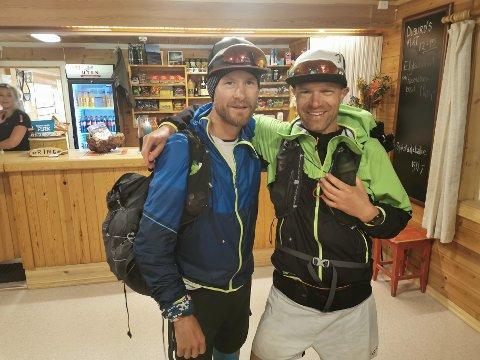 SNART I MÅL: Rune Eie (til venstre) og Odd Einar Tveit på turistforeiningshytta i Finse den femte dagen etter det Tveit kallar den verste etappen gjennom mykje ur frå Krækkja.