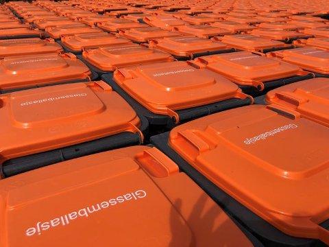 ORANSJE: Snart vil dunker med oransje lokk bli å se utenfor boliger i Strand og Hjelmeland. Foto: IVAR