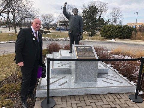 USA: Jarle Kirkeberg foran minnesmerket over grunnleggeren av Lions club, Melvin Jones i Chicago i februar i år.