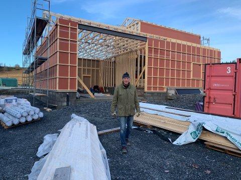 I Stod bygges det nytt klubbhus til idrettslaget på dugnad. Leif Verstad er byggeleder.