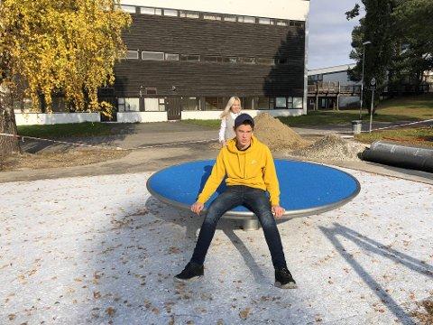 """Casper Aunli og Kristel Aunan ser fram til uteområdet """"Møteplassen"""" ved Steinkjer ungdomsskole åpner."""