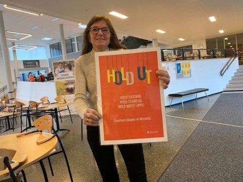 Bente Renate Svenning håper nye plakater kan påvirke både elever og ansatte til å holde ut enda litt til.