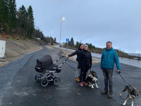 """Lise Lindmo Lyngstad (midten) og Roger Lyngstad bor ved E6 i Kvam. De er veldig glad for at det nå er gangvei på den trafikkfarlige strekningen. Datteren deres, Ragnhild Lyngstad var med dem og """"testet"""" den nye gangveien denne uka."""
