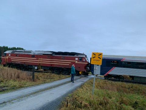 I sommer kunne Brit Ringseth ha blitt påkjørt av toget. Hjulene på bilen sto på planovergangen da toget kom.