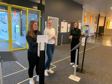 Annikken Grande (venstre), Ingrid Thorsen og Hanna Moberg ved Steinkjer videregåend skole spriter hendene flere ganger hver dag.