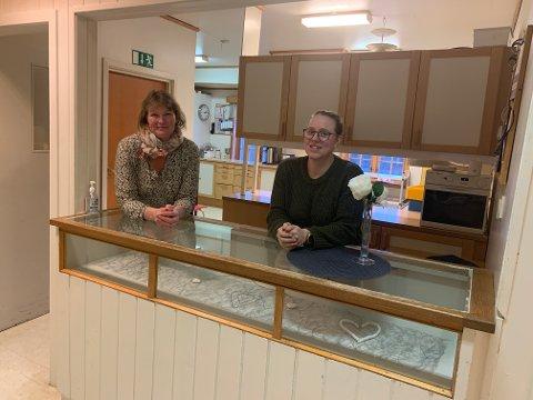 Eva Lien (venstre) og Camilla Forås gleder seg til å få et moderne kjøkken å jobbe på.