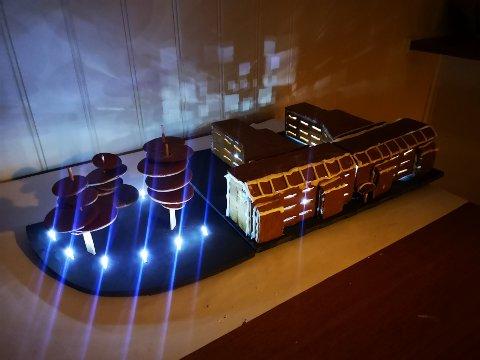 Lyssatt: Ragnar Schult-Jessen har bygget arbeidsplassen sin i pepperkakeversjon. Pepperkakehuset er lyssatt og gjør seg best når det er mørkt i rommet. (Foto: Privat)
