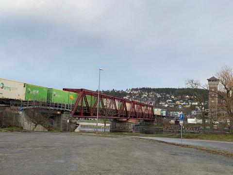 Et godstog kjører gjennom Steinkjer på vei nordover.
