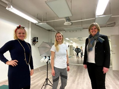 Ida Knapstad på Varm Yoga (i midten) får i likhet med Vilteksperten, Høyer, Form og Farge og Mathilde tilskudd til digitalisering. Her sammen med ordfører Anne Berit Lein og Silje Kolaas fra Dottir media.