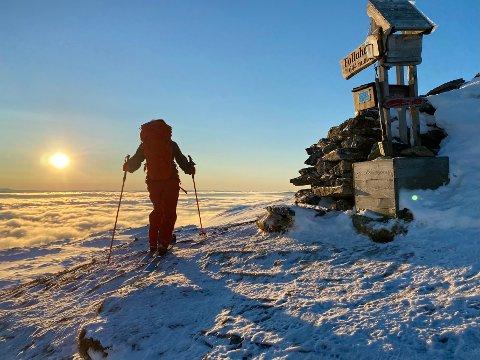 Spektakulær utsikt fra toppen av Follaheia, med sola over skydekket.